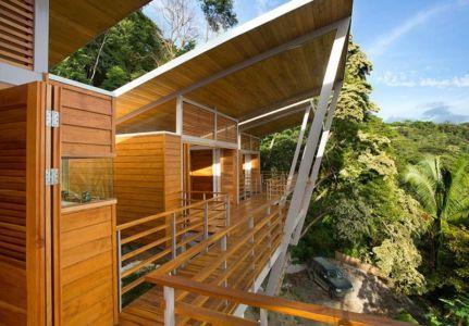 balcon en bois - Holiday House par Benjamin Garcia Saxe - Costa Rica