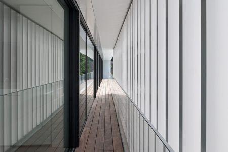 balcon et brise-soleil - HS Residence par Cubyc Architects - Bruges, Belgique