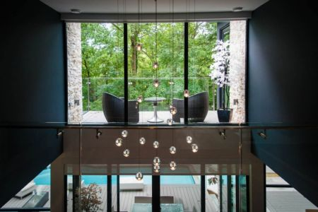 balcon et lustre - Ashley Park House par Barroso Homes - Toronto, Canada