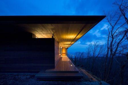 balcon illuminée - maison bois contemporaine par kidosaki-architects - Yutsugatake, Japon