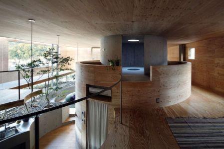 mezzanine centrale - pit-house par UID Architects - Okayama, Japon