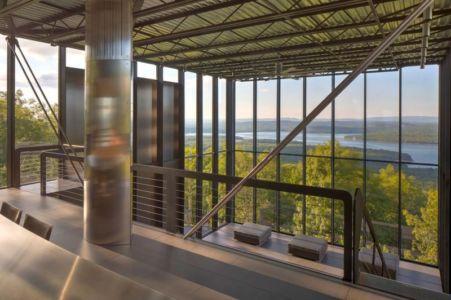 balcon intérieur & grande baie vitrée - Shokan-House par Jay Bargmann - New York, USA