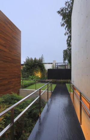 balcon suspendu accès - House-H par Jaime Ortiz Zevallos - Lima, Pérou
