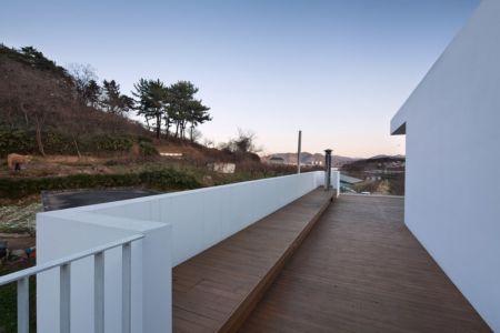 balcon terrasse - Woljam-ri House par JMY architects - Gyeongsangnam-do, Corée du Sud