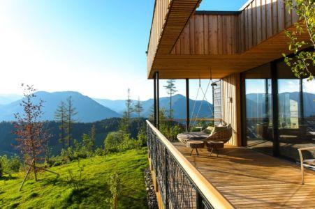 balcon terrasse et sofa suspendu - Deluxe Mountain Chalets par Viereck Architects - Styria, Autriche