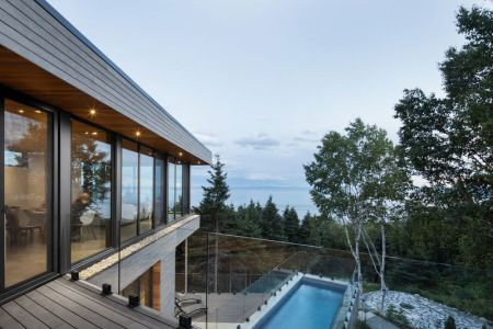 Balcon Balustrade En Verre & Vue Panoramique Paysage - V-Shaped-Residence Par Bourgeois Lechasseur - Charlevoix, Canada