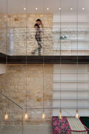 escalier et passerelle garde-corps vitré- Stone-House par Henkin Shavit Architecture & Design - Safed, Israël