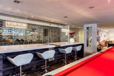 bar et cave à vins dans salle de jeux - Ashley Park House par Barroso Homes - Toronto, Canada