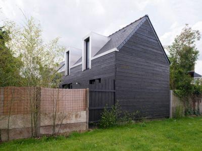 bardage bois façade côté - maison entre deux par Clément Bacle - Rennes, France - photo Martin Argyroglo