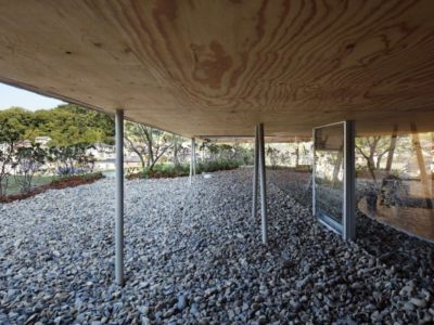 barres de fer surélevées - - pit-house par UID Architects - Okayama, Japon