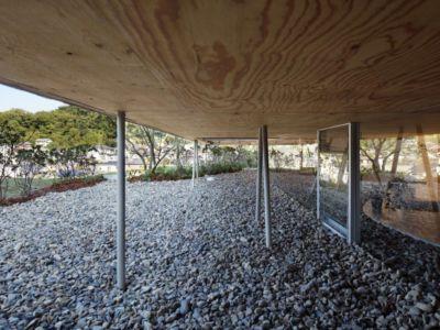 barres de fer surélevées - - pit-house par UID Architects - Okayama, Japon