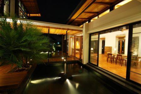 bassin de nuit - Nature House par JUNSEKINO Architect - Changwattana, Bangkok, Thaïlande