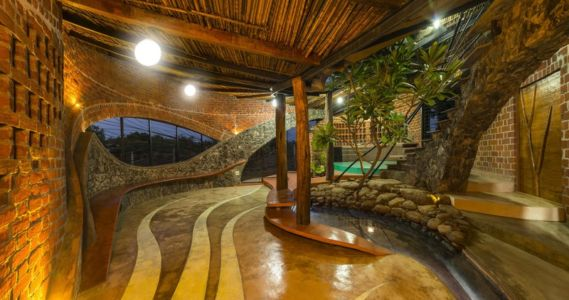 bassin intérieur - Brick House par iStudio architecture - Wada, Inde