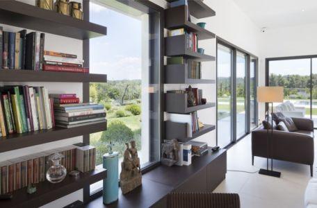 bibiliothèque et vitrage fixe - Villa Sainte-Victoire par Henri Paret Architecte avec Kawneer - Aix en Provence, France