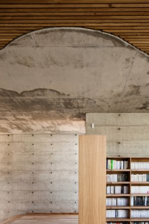 bibliothèque et couloir - Maison Terrier par Bernard Quirot architecte + associés - Haute-Saône, France