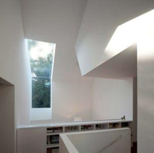 bibliothèque dans escalier - maison bois contemporaine par Avenier Cornejo - Orsay, France