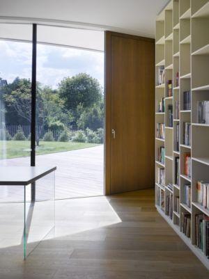 bibliothèque - maison contemporaine par  Jarousek Rochová Architekti - Republique Tchèque - photo Filip Slapal