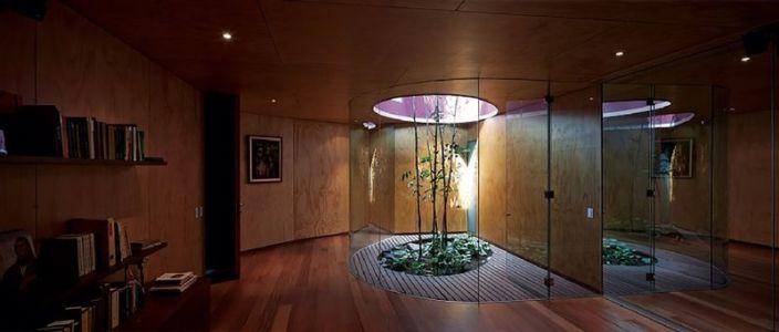 bibliothèque & plante intérieure - Pachamanca-House par 1-arquitectos - Lima, Pérou