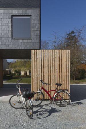 brise soleil garage - Maison ossature bois par Atelier 56S - France - Photo Jeremías Gonzalez