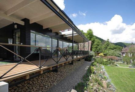 bucher bois sous terrasse - House Vaňov par 3-1architekti - Vaňov, République Tchèque