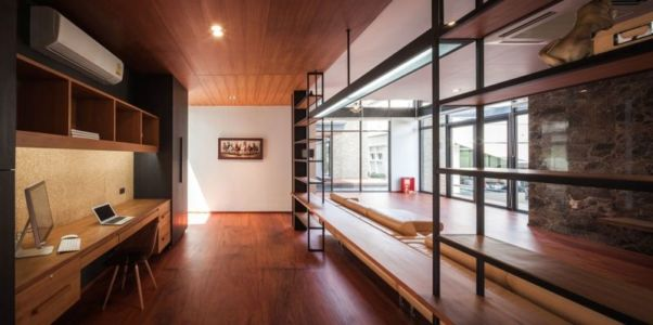 bureau & baie vitrée salon - Bridge-House par Junsekino Architects And Design - Bangkok, Thaïlande