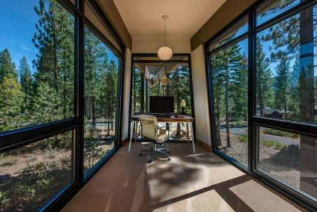 bureau dans porte à faux - Flight House in Martis Camp par Sage Architecture - Truckee, Usa