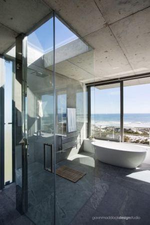 cabine de douche et baignoire - Pearl Bay Residence par Gavin Maddock Design Studio - Yzerfontein, Afrique du Sud
