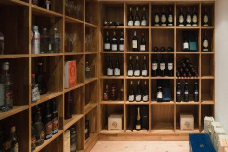 cave à vins - Maison contemporaine scandinave par Boris Culjat - Suède.jpg