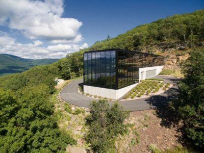 chênes entourant le bâtiment & façade en verre - Shokan-House par Jay Bargmann - New York, USA