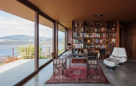 chaise design & bibliothèque - Casa de Seixas par Castro Calapez Arquitectos - Caminha, Portugal