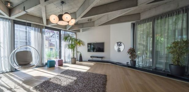 chaise design & coin TV - Urban-Eco-House par Tecon Architects - Bucuresti, Roumanie