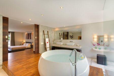 chambre et salle de bains - Villas-Spa par Layar Designer - Bali, Indonesie