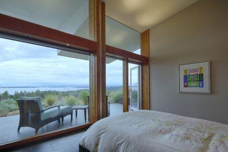 chambre avec balcon - Ridge House par Marko Simcic et Brian Broster - Pender Island, Canada