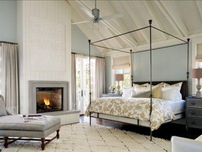 chambre et cheminée - Transitional Farmhouse Design par Total Design - Calistoga, Californie, Usa