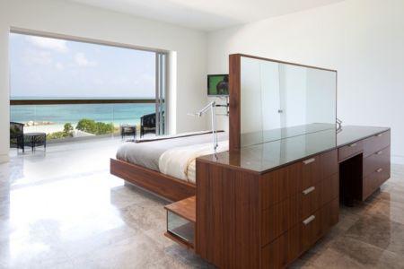 chambre et coiffeuse - Bella Vita Villa par Prototype Design Lab -  îles Turques et Caïques