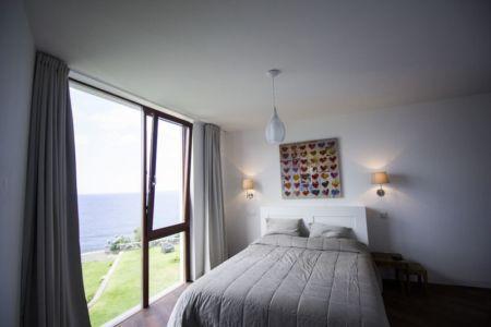 chambre et grande baie vitrée - Casa do Miradouro par Dirck Mayer - Ponta Delgada, Madère, Portugal