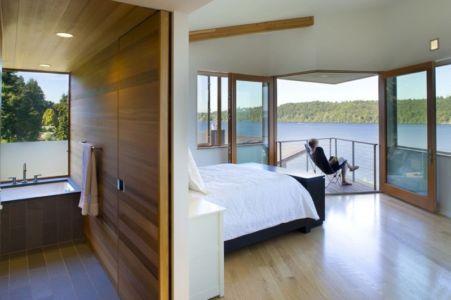 chambre et salle de bains - Cedar Park House par Peter Cohan - Seattle, Usa