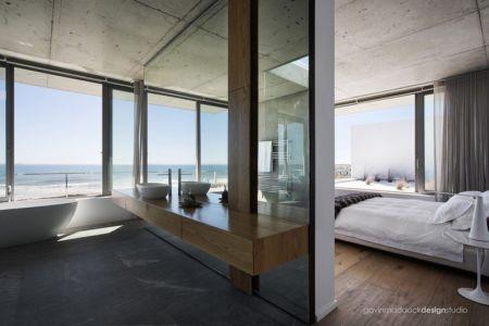 chambre et salle de bains - Pearl Bay Residence par Gavin Maddock Design Studio - Yzerfontein, Afrique du Sud