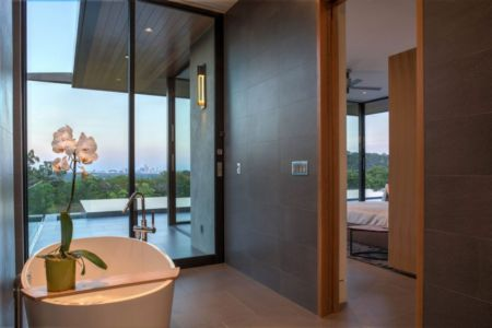 chambre et salle de bains - Waterfall-House par Dick Clark + Associates. - Austin, Usa
