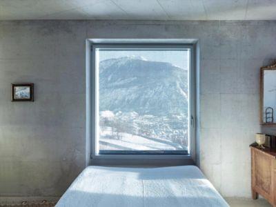 chambre et vue sur montagne - Maison Iseli par François Meyer architecture - Venthôme, Suisse