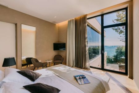 chambre & grande baie vitrée - House Sperone par Studio Metrocubo - Novigrad, Croatie