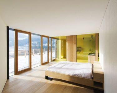 chambre & grande baie vitrée coulisante - Structure-Slope par Bergmeister Wolf Architekten - Bozen, Italie
