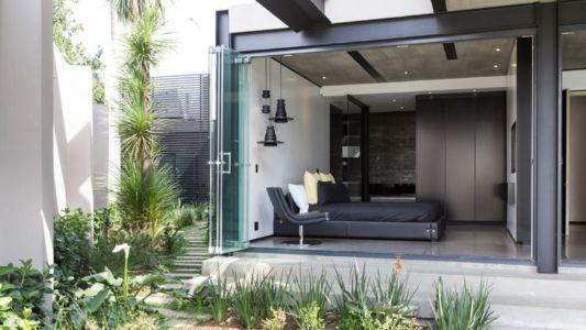 chambre & portes vitrées double - Kloof-Road-House par Nico van der Meulen Architects - Johannesburg, Afrique du Sud