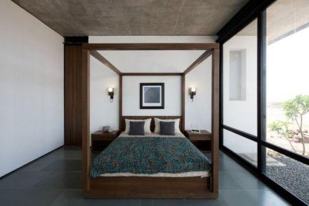 chambre principale & grande baie vitrée - Deolali House par Spam Design Architects - Deolali, Inde