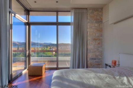 chambre principale & grande baie vitrée - Stone House par Whitebox Architectes - Athènes, Grèce