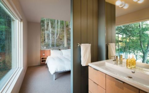 chambre & salle de bains - Woodsy-Retreat par Heliotrope Architects - Washington, USA