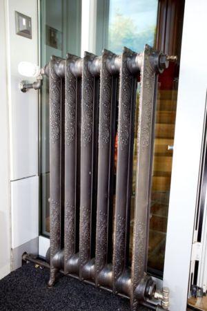 chauffage en fonte - Barbo House par Ralph Büeler (Bend Group) - Genève, Suisse