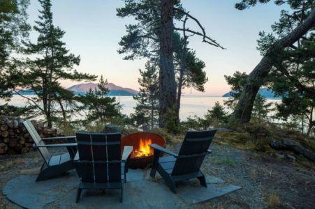 chelminée extérieure & vue panoramique paysage - Woodsy-Retreat par Heliotrope Architects - Washington, USA