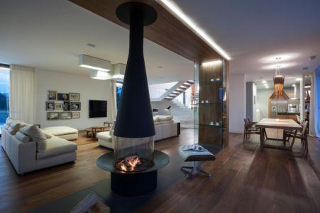 cheminée au centre de la pièce de vie - Edge House par Mobius Architekten, Pologne