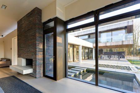 cheminée et accès extérieur - 102 Heesch par Hilberink Bosch Architecten - Bosvilla, Pays-Bas